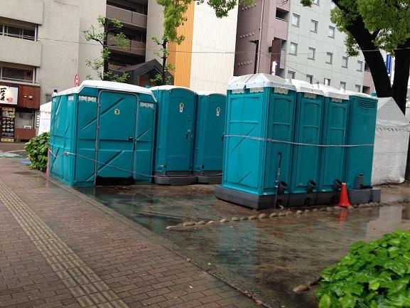 フラワーフェスティバル,雨,仮設トイレ